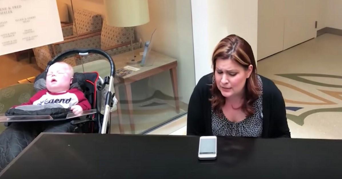 Krankenschwester entdeckt Mutter am Klavier – dann wandert der Blick zum todkranken Baby neben ihr